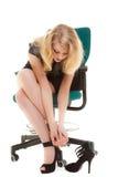 Arrêt de travail et douleur de pied. Femme d'affaires sur la chaise enlevant des chaussures. image stock