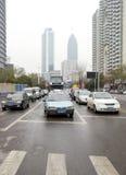 Arrêt de véhicules devant les lumières rouges Photographie stock libre de droits