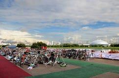 Arrêt de vélo sur le triathlon Images stock