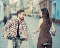 Arrêt occasionnel de cyclistes à sourire Images libres de droits