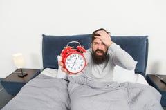 Arrêtez cela qui sonne Début de la matinée de problème se réveillant Levez-vous avec le réveil Dormi trop longtemps encore Astuce images stock