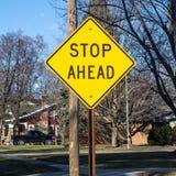 Arrêtez en avant le roadsign Photos libres de droits