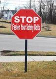 Arrêtez et attachez votre signe de ceintures de sécurité Photos libres de droits