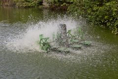 Arrêtez l'action de la turbine de l'eau et d'aérateur dans la piscine Photo libre de droits