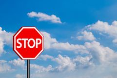 Arrêtez la signalisation de signe, fond rouge de ciel bleu de connexion d'arrêt Photographie stock