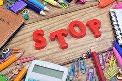 Arrêtez le mot et les outils de bureau photo stock