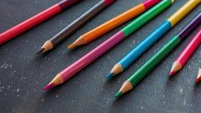 Arrêtez le mouvement a coloré des crayons sur le tableau noir Laps de temps film de l'animation 4k banque de vidéos