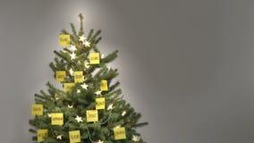 Arrêtez le mouvement du l'auto-finissage de 25 de motivation mots-clés de post-it un arbre de Noël banque de vidéos