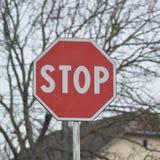 Arrêtez le poteau de signalisation image stock