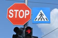 Arrêtez le poteau de signalisation photos stock
