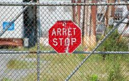 Arrêtez le signe accrochant sur la barrière Photos libres de droits