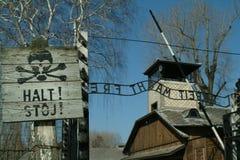 Arrêtez le signe affiché à l'entrée à Auschwitz Photographie stock libre de droits