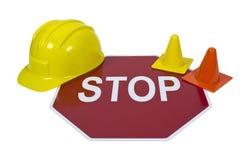 Arrêtez le signe avec des cônes de casque antichoc et de sécurité images stock