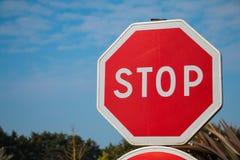 Arrêtez le signe avec le ciel bleu Photos libres de droits