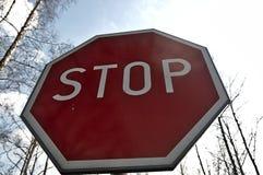 Arrêtez le signe contre le ciel Image stock