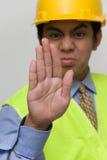 Arrêtez le signe de main par l'agent de maîtrise photos stock