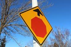 Arrêtez le signe en avant contre le ciel bleu et les arbres Photo libre de droits