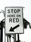 Arrêtez le signe ici onRed photographie stock libre de droits