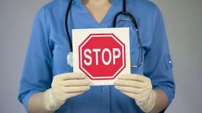 Arrêtez les mains femelles de médecin de connexion, docteur avertissant au sujet des maladies, soins de santé Image libre de droits