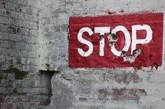 Arrêtez peint sur le mur de briques Image stock