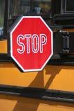 Arrêtez pour Schoolbus - verticale Images libres de droits