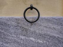 Arrêtoir d'anneau de fixation sur un mur avec le plâtrage et le granit Photographie stock libre de droits