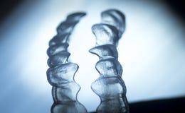 Arrêtoirs dentaires invisibles d'accolades de dispositifs d'alignement de parenthèses de dents photos stock