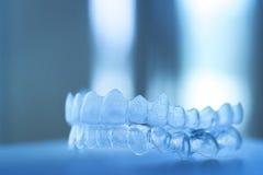 Arrêtoirs dentaires invisibles d'accolades de dispositifs d'alignement de parenthèses de dents photo libre de droits