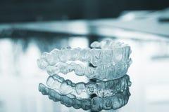 Arrêtoirs dentaires invisibles d'accolades de dispositifs d'alignement de parenthèses de dents photographie stock