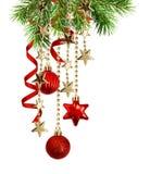 Arrabgement Χριστουγέννων με τους πράσινους κλαδίσκους πεύκων, κρεμώντας κόκκινο decorat στοκ εικόνες