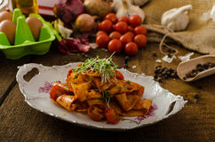 Arrabiata ζυμαρικών με τα τσίλι και σκόρδο οργανικό Στοκ Εικόνες