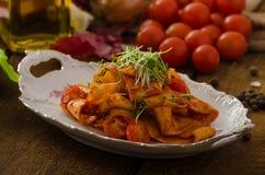 Arrabiata ζυμαρικών με τα τσίλι και σκόρδο οργανικό Στοκ εικόνες με δικαίωμα ελεύθερης χρήσης
