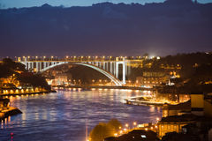 Arrabida bro på natten i Porto och Gaia Arkivfoton