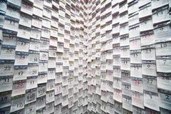 Arrachez les calendriers sur le mur dans l'intérieur à la mode Photographie stock libre de droits