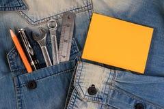 Arrachez les outils sur des travailleurs d'un denim avec le papier de note vide pour le texte, père Day Photographie stock libre de droits