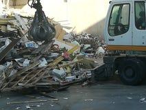 Arraffone a macchina nell'impianto di riciclaggio Immagini Stock Libere da Diritti