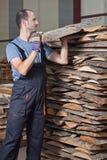 Arraging Planken des Mannes, vertikal Lizenzfreie Stockfotos