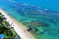 Arraial d'Ajuda,巴伊亚,巴西:一个美丽的海滩的鸟瞰图与水的两种颜色的 免版税库存图片