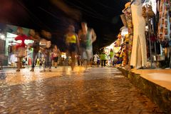 Arraial D 'Ajuda, Brasilien Augusti 14, 2018 Kommersiella gator av centret Hemslöjdaffärer i den fot- gatan royaltyfria foton
