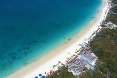 Arraial faz Cabo, Brasil: Vista aérea da praia de umas Caraíbas brasileiras fotografia de stock