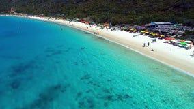Arraial gör Cabo, Brasilien: Flyg- sikt av brasilianska en caribbeans strand stock video