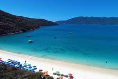 Arraial gör Cabo, Brasilien: Flyg- sikt av en Forno strand med ett blått vatten arkivfoto