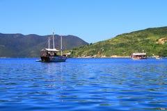 Arraial hace Cabo - barcos que navegan Imagenes de archivo