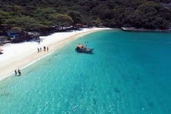 Arraial hace Cabo, el Brasil: Vista de la playa hermosa con agua cristalina imágenes de archivo libres de regalías