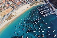 Arraial tun Cabo, Brasilien: Vogelperspektive eines fantastischen Hafens mit Kristallwasser lizenzfreie stockfotografie