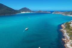 Arraial tun Cabo, Brasilien: Vogelperspektive von einem blauen Meer und von schönen Wetter lizenzfreies stockfoto