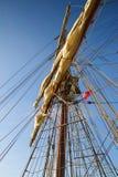 Arrampicandosi alla parte superiore in vecchia nave di navigazione dell'albero Immagini Stock Libere da Diritti