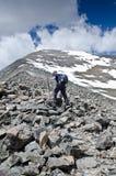 Arrampicandosi su una montagna Immagini Stock