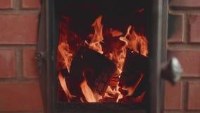 Arrancadas da chama na chaminé A mão do ` s do homem fecha a porta da chaminé Opinião de movimento lento vídeos de arquivo