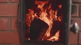 Arrancadas da chama na fornalha com a porta aberta Opinião de movimento lento filme